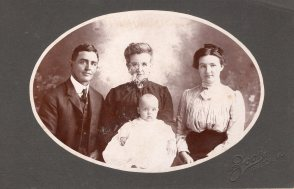 1904-paul-yong-with-parents-and-paternal-grandma-eliz-wellman-young