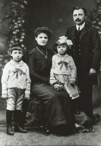 Moisescu Family circa 1912 in USA