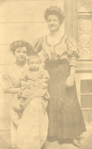 Gizellas sisters holding Bela; Ida on left and Ilona on right